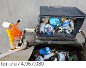 Купить «Вывоз бытового мусора. Погрузка контейнера в мусоровоз», фото № 4967080, снято 23 мая 2013 г. (c) Дмитрий Калиновский / Фотобанк Лори