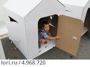 Мальчик в картонном домике. Стоковое фото, фотограф Eлена Кисель / Фотобанк Лори