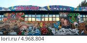 Купить «Граффити на стене бара-клуба ХотДогс. Курская», эксклюзивное фото № 4968804, снято 11 августа 2013 г. (c) Татьяна Белова / Фотобанк Лори