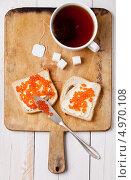 Купить «Чашка чая и два бутерброда с красной икрой», фото № 4970108, снято 29 ноября 2011 г. (c) Лисовская Наталья / Фотобанк Лори