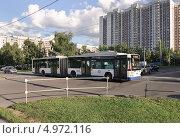 Купить «Сочленённый троллейбус на перекрестке в Алтуфьеве», эксклюзивное фото № 4972116, снято 16 августа 2013 г. (c) Алёшина Оксана / Фотобанк Лори