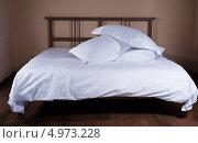Кровать с белым покрывалом и подушками. Стоковое фото, фотограф Надежда Бобкова / Фотобанк Лори