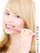 Купить «Привлекательная блондинка чистит зубы», фото № 4979136, снято 3 января 2009 г. (c) Syda Productions / Фотобанк Лори