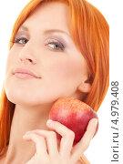 Купить «Красивая рыжая девушка с красным яблоком», фото № 4979408, снято 7 февраля 2009 г. (c) Syda Productions / Фотобанк Лори