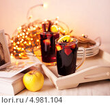 Купить «Две чашки с глинтвейном на фоне светящейся новогодней гирлянды», фото № 4981104, снято 18 января 2012 г. (c) Лисовская Наталья / Фотобанк Лори