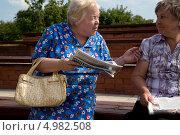 Купить «Пенсионеры обсуждают программу кандидата в мэры от партии РПР-ПАРНАС Алексея Навального перед его выступлением перед избирателями района Москвы, 23 августа 2013», фото № 4982508, снято 23 августа 2013 г. (c) Николай Винокуров / Фотобанк Лори