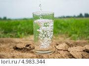 Вода льётся в стакан. Стоковое фото, фотограф Сергей Катилов / Фотобанк Лори