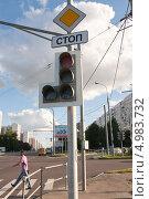 Купить «Отключенный светофор на перекрёстке Алтуфьевского шоссе», эксклюзивное фото № 4983732, снято 16 августа 2013 г. (c) Алёшина Оксана / Фотобанк Лори