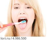 Купить «Девушка чистит зубы и язык щеткой», фото № 4986500, снято 3 января 2009 г. (c) Syda Productions / Фотобанк Лори