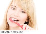 Купить «Счастливая девушка со здоровыми зубами чистит их зубной щеткой», фото № 4986764, снято 3 января 2009 г. (c) Syda Productions / Фотобанк Лори