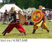 Купить «Ожесточенный бой. Ярмарка викингов на Аландских островах, Финляндия - одна из крупнейших в Скандинавии», фото № 4987648, снято 25 июля 2013 г. (c) Валерия Попова / Фотобанк Лори