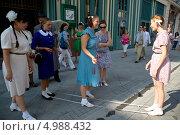 Купить «Девушки играют в наряде советского времени играют в резиночки в день открытия пешеходной улицы Никольская в центре Москвы 21 августа 2013», эксклюзивное фото № 4988432, снято 21 августа 2013 г. (c) Николай Винокуров / Фотобанк Лори