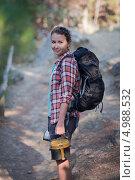 Девушка-турист с рюкзаком и котелком. Стоковое фото, фотограф Наталья Чуб / Фотобанк Лори