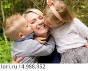 Дети целуют свою счастливую маму. Стоковое фото, фотограф Tanya Lomakivska / Фотобанк Лори