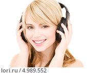 Купить «Юная девушка слушает любимую музыку в больших наушниках», фото № 4989552, снято 3 января 2009 г. (c) Syda Productions / Фотобанк Лори