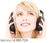 Купить «Юная девушка слушает любимую музыку в больших наушниках», фото № 4989724, снято 3 января 2009 г. (c) Syda Productions / Фотобанк Лори