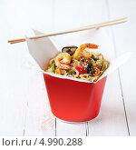 Купить «Яичная лапша с овощами и свининой в коробке на вынос», фото № 4990288, снято 5 мая 2012 г. (c) Лисовская Наталья / Фотобанк Лори
