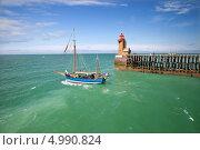 Купить «Парусник плывет мимо маяка, Фекан, Нормандия», фото № 4990824, снято 1 июля 2013 г. (c) Юлия Кузнецова / Фотобанк Лори