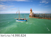 Парусник плывет мимо маяка, Фекан, Нормандия (2013 год). Стоковое фото, фотограф Юлия Кузнецова / Фотобанк Лори