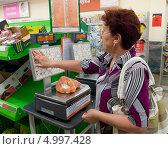 Купить «Покупатель взвешивает товар», эксклюзивное фото № 4997428, снято 8 июня 2013 г. (c) Вячеслав Палес / Фотобанк Лори