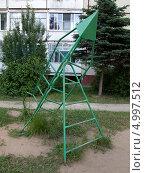 Купить «Сооружение в форме ракеты на детской площадке», эксклюзивное фото № 4997512, снято 13 июня 2013 г. (c) Вячеслав Палес / Фотобанк Лори