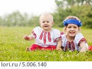 Купить «Двое счастливых детей в русских народных костюмах лежат на траве», фото № 5006140, снято 15 июня 2013 г. (c) Яков Филимонов / Фотобанк Лори
