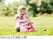 Купить «Счастливые дети в русской народной одежде сидят на лугу», фото № 5006148, снято 15 июня 2013 г. (c) Яков Филимонов / Фотобанк Лори