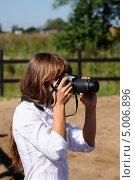 Купить «Девушка фотограф», эксклюзивное фото № 5006896, снято 17 августа 2013 г. (c) Юрий Морозов / Фотобанк Лори