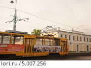 Купить «Трамвай едет по улице города Барнаула», фото № 5007256, снято 1 сентября 2013 г. (c) Иванова Анастасия / Фотобанк Лори