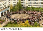 Первый звонок. Школьная линейка (2013 год). Редакционное фото, фотограф Валерия Попова / Фотобанк Лори