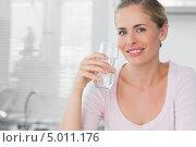 стакан воды в руках улыбающейся блондинки. Стоковое фото, агентство Wavebreak Media / Фотобанк Лори