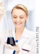 Сотрудница лаборатории проводит тест. Стоковое фото, фотограф Syda Productions / Фотобанк Лори