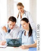Купить «Врач консультирует коллег по поводу рентгеновского снимка пациента», фото № 5011980, снято 18 мая 2013 г. (c) Syda Productions / Фотобанк Лори