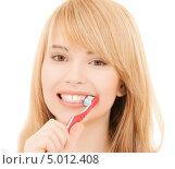 Купить «Красивая девушка чистит зубы щеткой», фото № 5012408, снято 3 января 2009 г. (c) Syda Productions / Фотобанк Лори