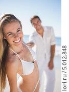 молодая влюбленная пара гуляет вместе по пляжу. Стоковое фото, агентство Wavebreak Media / Фотобанк Лори