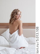 Купить «Улыбающаяся блондинка в полотенце на кровати», фото № 5013108, снято 11 ноября 2012 г. (c) Гурьянов Андрей / Фотобанк Лори