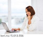 Купить «Деловая женщина в белом пиджаке работает в офисе за ноутбуком», фото № 5013556, снято 18 июля 2013 г. (c) Syda Productions / Фотобанк Лори