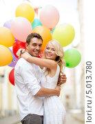 Купить «Счастливая влюбленная пара со связкой разноцветных воздушных шаров», фото № 5013780, снято 14 июля 2013 г. (c) Syda Productions / Фотобанк Лори