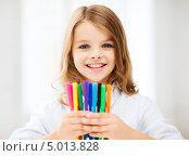 Купить «Счастливая девочка с разноцветными фломастерами», фото № 5013828, снято 31 июля 2013 г. (c) Syda Productions / Фотобанк Лори