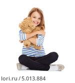 Купить «Девочка в тельняшке обнимает игрушечного медвежонка», фото № 5013884, снято 31 июля 2013 г. (c) Syda Productions / Фотобанк Лори