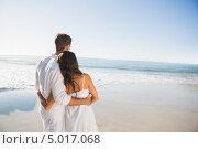 Купить «влюбленная пара в белой одежде смотрит на море», фото № 5017068, снято 3 апреля 2013 г. (c) Wavebreak Media / Фотобанк Лори