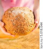 Девочка держит хлеб. Стоковое фото, фотограф yarruta / Фотобанк Лори
