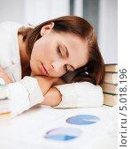Купить «Уставшая деловая женщина смотрит на диаграммы, положив голову на руки», фото № 5018196, снято 18 июля 2013 г. (c) Syda Productions / Фотобанк Лори
