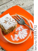 Купить «Кусок тыквенного пирога, рисунок из сахарной пудры и вилка на оранжевой тарелке», фото № 5019712, снято 1 сентября 2013 г. (c) Зинаида Зайко / Фотобанк Лори