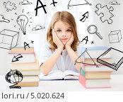 Купить «Умная девочка школьного возраста занимается за рабочим столом», фото № 5020624, снято 31 июля 2013 г. (c) Syda Productions / Фотобанк Лори