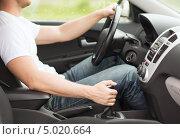 Купить «Мужчина переключает передачу в машине», фото № 5020664, снято 26 июня 2013 г. (c) Syda Productions / Фотобанк Лори