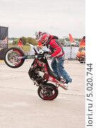 Купить «Мотофристайл шоу Adrenaline FMX RUSH на МАКS-2013», эксклюзивное фото № 5020744, снято 31 августа 2013 г. (c) Алёшина Оксана / Фотобанк Лори