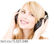 Купить «Девушка в больших наушниках слушает музыку», фото № 5021048, снято 3 января 2009 г. (c) Syda Productions / Фотобанк Лори