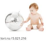 Купить «Маленький мальчик в подгузнике играет на белом фоне», фото № 5021216, снято 13 марта 2008 г. (c) Syda Productions / Фотобанк Лори