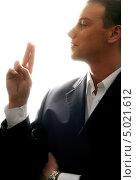Купить «Молодой человек в костюме на белом фоне крупным планом», фото № 5021612, снято 28 января 2006 г. (c) Syda Productions / Фотобанк Лори